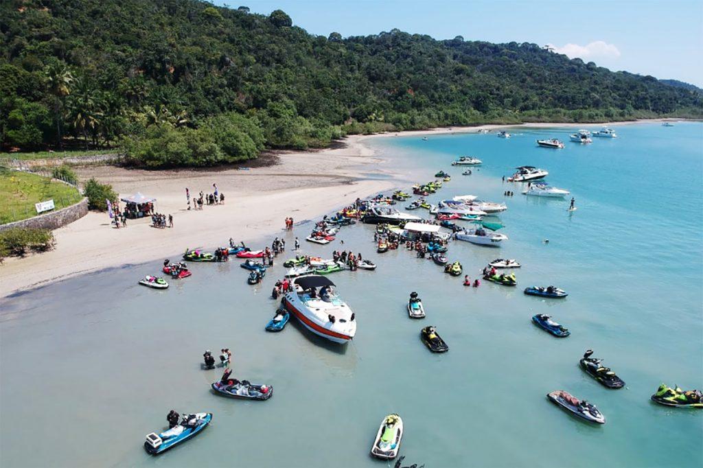 Evento para motos aquáticas revela as belezas da baía de Todos os Santos